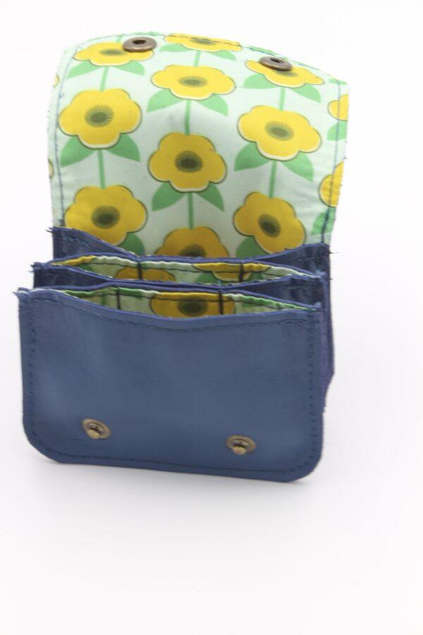 porte monnaie en cuir bleu, motif fleurs, par Saturnin
